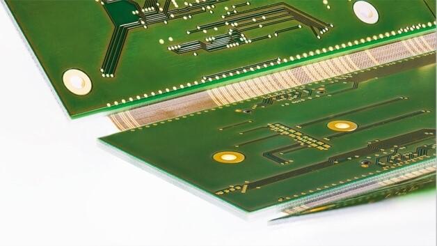 Die semiflexible Leiterplattenkonstruktion ist zweimal um 90° gebogen und trägt 195 elektrische Anschlüsse über die beiden semiflexiblen Bereiche.